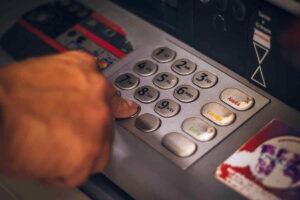 Poradna: Zablokovaný účet v bance od exekutora – na co mám nárok?